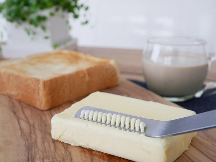 刃先に付いた小さな穴が硬いバターもソフトにすくいとり、そのままパンに塗ることができます。浅型容器にも使いやすい絶妙な角度の柄で、ギザ刃部分はパンのコゲ落としとしても使用できます。