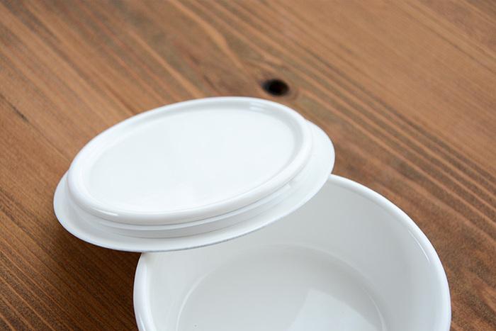 フタにはシリコンパッキン付きで密閉性もばっちり。臭いが移りにくく酸にもアルカリにも強い琺瑯は、食品の保存容器に最適です。ナチュラルな白でシンプルなつくりだから、保存容器としてだけでなくフタを外してそのまま器として使うことができるのがうれしいポイント。常備菜やお漬物など、このまま食卓にならべても違和感ないおしゃれなデザインです。