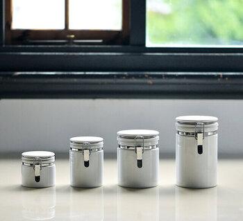 サイズ展開も豊富な陶器の保存容器。光を通さないのでアクリルやガラスの保存容器に比べて中身の劣化が少ないのが特徴です。その高い品質がアメリカで高く評価され、大手コーヒーチェーンに採用されるなど世界で愛されています。