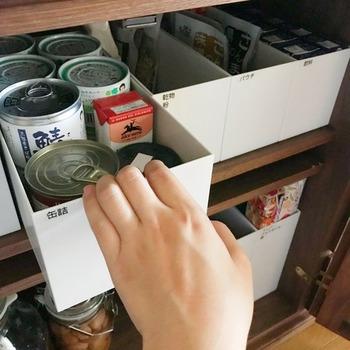 浅いタイプは、缶詰やレトルトなどストックしておきたい食品の保管にぴったり。クセのない白なので、キッチンの棚がすっきりして見えますね。