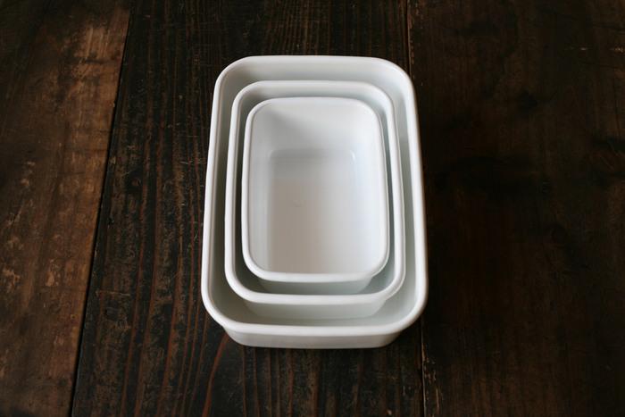 そのままテーブルにも出せるシンプルさと飾らなさが魅力。サイズの異なる容器を入れ子式に収めることができるので、収納場所も取りません。