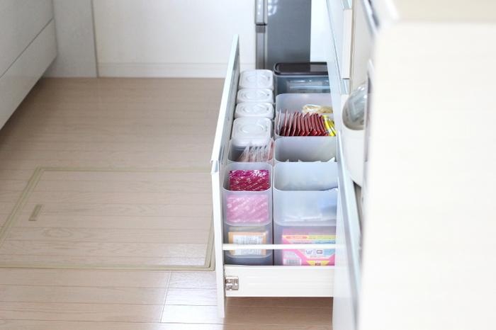 さまざまな深さ、大きさから選べる豊富なサイズ展開がうれしい。スタッキングもできるので、キッチンのさまざまな場所での収納に活躍してくれます。半透明の白なので圧迫感もなし。