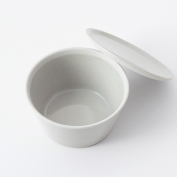 有田焼の「共焼き」と呼ばれる製法で、フタと身を合わせた状態で焼き上げるので気密性が高いのが特徴。食べものの匂いが漏れにくく移りにくいので、安心して料理を保存することができます。