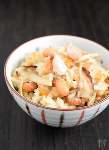 鶏肉やごぼうなどの材料を切って、炒り大豆と一緒に炊飯器で炊くだけなので簡単です。大豆のほくほく感といろんな具材の食感が楽しめます。千切りしょうがも加えると香りがよくなり、体も温まるのでおすすめ。