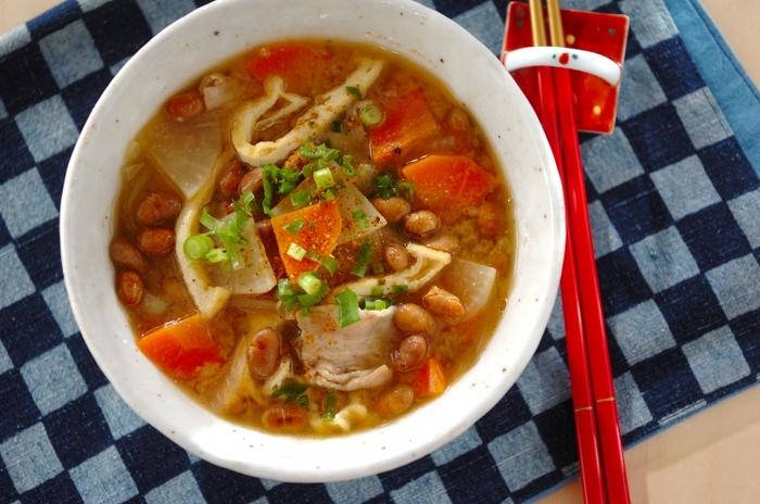 福豆を味噌汁に加えて、たっぷりといただくレシピ。大豆や根菜など栄養たっぷりで、豚肉と油揚げのコクが満足感のある美味しさ。寒い日にほっと温まる一杯です。