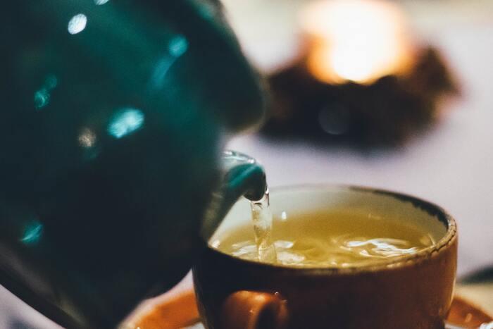 """緑茶に含まれる成分には、さまざまな効果があると知られています。まず「カリウム」には、塩分の摂り過ぎで増えてしまったナトリウム(むくみの原因)を排出してくれる働きがあります。それが「カフェイン」の利尿作用により、より体外へ出やすくなるのです。  そして、緑茶といえば「カテキン」が有名ですね。カテキンは脂肪燃焼をサポートする""""褐色脂肪細胞""""を活性化させるというデータがあり、カロリー消費量を向上させます。さらにコレステロールの吸収抑制も期待できる成分なのだそう。"""