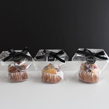 OPP袋の両端を斜めに折って、リボンとステッカーをプラス。シンプルなラッピングですが、シックな黒が大人っぽく、マフィンなどの焼き菓子をスタイリッシュに見せてくれます。
