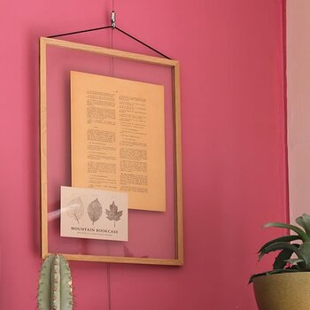 透明なアクリル板に挟んで飾るタイプのフレームです。透明な余白でアート感が増しますし、お部屋の壁とも馴染みやすいです。