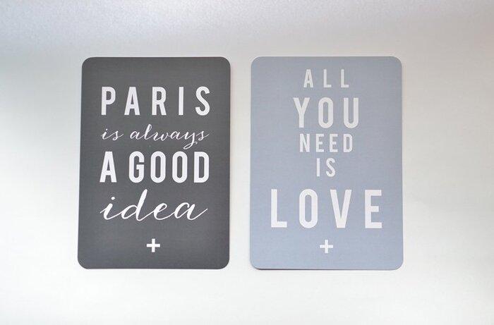 シンプルなメッセージのデザインを楽しむポストカードですね。モノトーンや落ち着いた雰囲気のお部屋にぴったりです。
