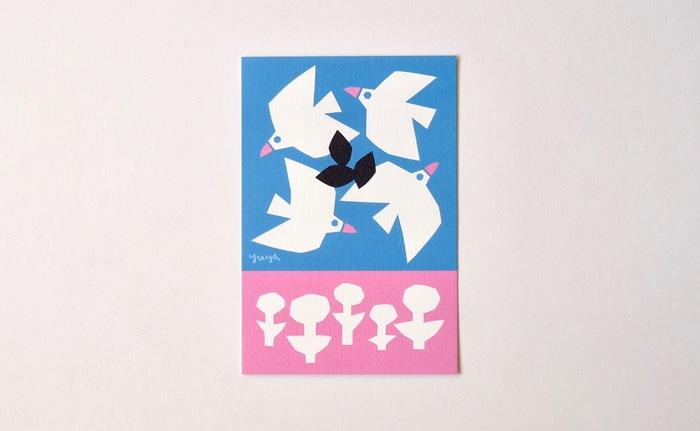切り絵作家のYUYAさんと「食のアトリエ・スパロウ」を主催するスパロウ圭子さんによって、アートのある暮らしを発信し続けている「Atelier FOLK」のポストカードです。鮮やかなブルーとピンクに鳥とお花のシルエットが映えるデザインがキュート。切り絵ならではの温かみを感じられますね。
