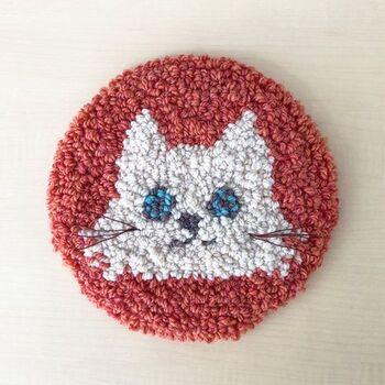配色が可愛いネコのマットは、お部屋に置いて眺めるだけで疲れた心も癒してくれそう!ニードルパンチのもこもこ感は、動物モチーフにぴったりですよ。お気に入りの場所に飾ってみてはいかがでしょうか?