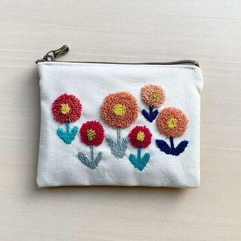 シンプルなポーチも、ニードルパンチでお花を刺繍すればたちまち可愛いポーチに変身!まん丸のぽってりとしたお花の模様は、見る度に癒されそう♪