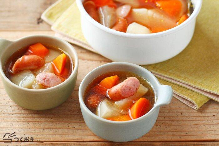 ゴロゴロ、やや大きめに切った野菜とソーセージが煮込まれたスープ。ソーセージの食感を崩さず味わいたい時は、野菜より後に加えるといいですよ。