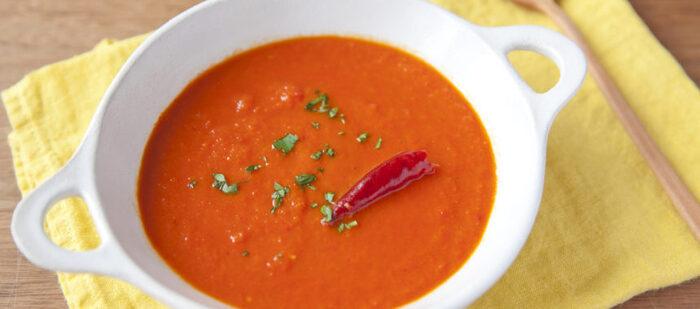 ビビッドな赤に元気をもらえそうなパプリカが主役のスープ。唐辛子をプラスして、ホットにアレンジ。パプリカの甘さが引き締まって、病みつきになる味です。