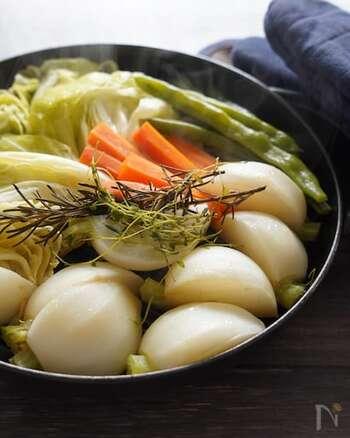「寒いし冷えもひどいから、生野菜は箸が進まない」という方におすすめなのが、冬野菜のホットサラダ。栄養価の高い旬の野菜は、蒸すことでより甘味が増して美味しくなりますよ。お好みのドレッシングはもちろん、ハーブを散らしてオリーブオイルと塩だけで食べても◎