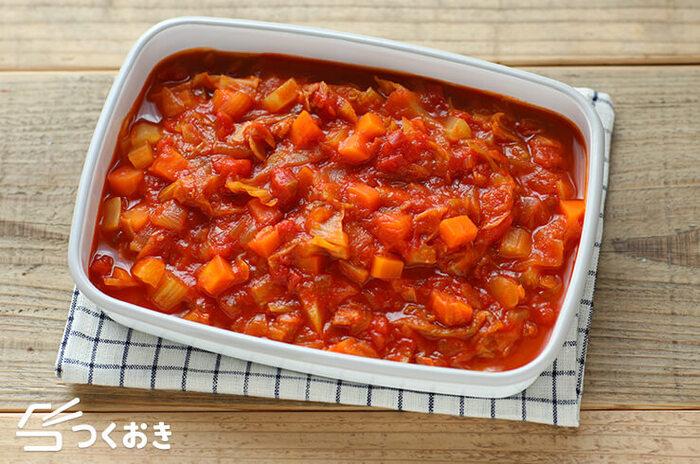 野菜たっぷりミネストローネは、栄養満点で食べ応えもあり、パスタを加えるなどアレンジ次第でメインの一品にもなる料理。美味しく作るポイントは、火の通りが均一になるよう具材の大きさをできるだけ揃えてカットすること。また、具材たっぷりスープは、大鍋で大量に作った方が味に深さが出ます。なので、こちらもたっぷり作って作り置き。匂い移りしにくいホーロー容器は冷蔵保存の際、重宝します。