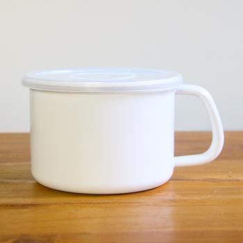 作り置きスープを温める時、ささっと適量のスープを作る時...便利なホーロー製の持ち手付きストッカー。直火にかけられるので、そのまま調理できるし、ふた付きなので冷めたらそのまま保存もできる。もちろん、味噌や粉類、乾物など、様々な食材のストッカーとして使いやすい仕様なので、用途は多様。かなりお役立ちな道具ですよ。