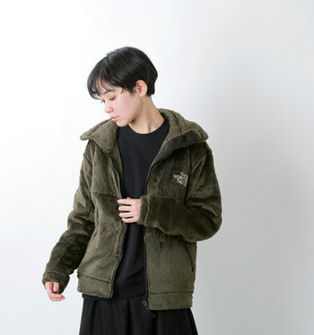 肉厚で保温性の高いフリース素材のジャケット。やわらかくストレッチ性もあるので着心地がいいのもポイントです。首元はハイネックになっており、前を閉じればマフラーがいらない暖かさ。