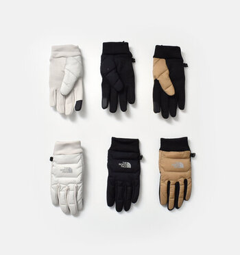 暖かさと薄さを両立した高機能な手袋。内側はストレッチ性と通気性の良いフリース生地が使われており、手にしっかりフィットします。人差し指にはタッチスクリーン機能が付いているので、手袋を付けたままスマートフォンを操作することも可能です。