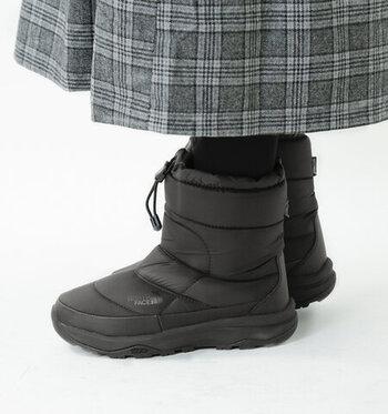 抜群の温かさを誇るウインターブーツ。安定感のある厚い靴底で歩きやすく、防水機能があるので雨や雪の日も安心です。しっかりと足元を包んでくれる見た目に反して軽量なのも嬉しいポイント。