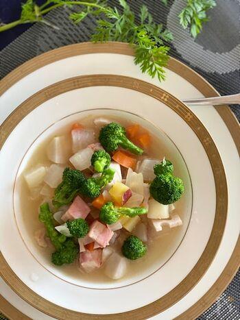 筑前煮など煮物系の料理でよく使う具材でパパッと作れる根菜たっぷりスープ。栄養バランスが良くて、繊維質豊富なのも嬉しい。体が重たいなと思った時に作ってみるのもいいですね。
