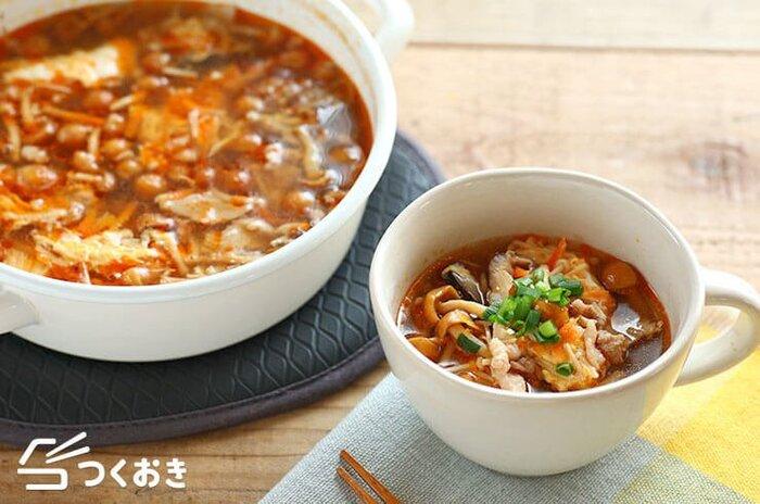 きのこと生姜たっぷり!体の芯から温めてくれそうなサンラータンスープ。酸っぱ辛さがくせになる味。〆にラーメンや雑炊に仕立てるのもおすすめです。