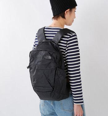 薄い軽量ナイロンを使用し、折りたたんで持ち運ぶことができるエコバッグ。ポケットやチェストストラップなど機能も充実しているので、たくさんの荷物を入れても安心です。旅行や買い物の時に大活躍間違いなし!