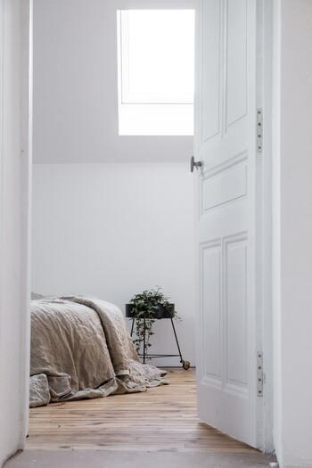 1日の疲れをとる場所、寝室。ベッドサイドにアロマを置くことで、リラックスして1日を終えることができます。香りで心を落ち着かせながら、今日起きた嬉しい出来事や、明日からの日々について考える時間は、より充実感を与えてくれます。