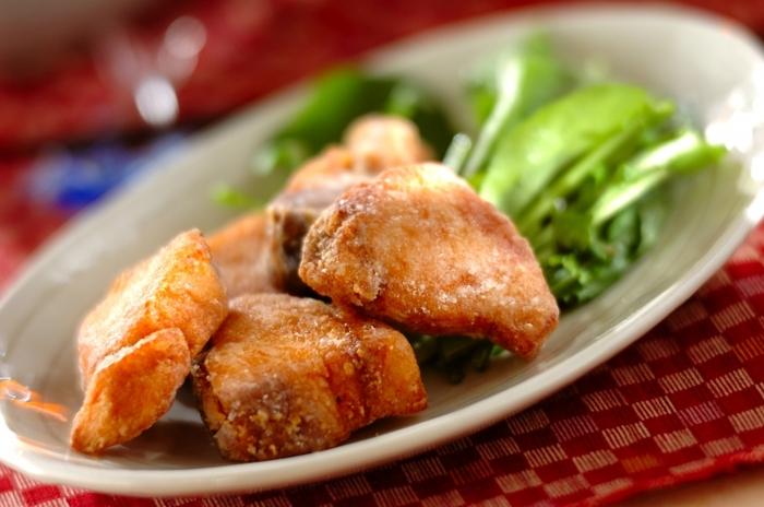 下味をつけたぶりに片栗粉をまとわせ、少なめの脂でフライパンで揚げ焼きに。後片付けもラクで、揚げ物の調理が苦手な方でも作りやすいですね。お弁当のおかずにもおすすめ。