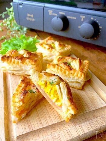 茹で卵にマヨネーズと塩胡椒を混ぜて、ハムとスライスチーズと一緒に全てパイシートに包んで8~9分オーブンで焼いて完成!ポイントは、茹で卵を固茹でにすること。チーズはとろけるタイプを使うのがおすすめです。