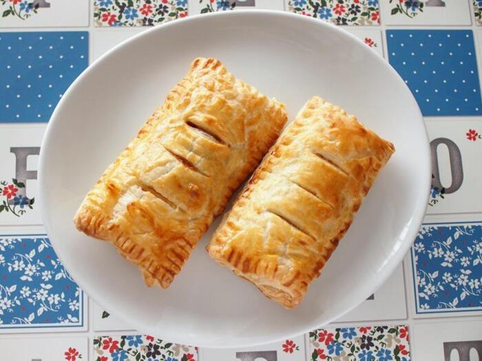 冷凍パイシートとお弁当用の冷凍ミニハンバーグを使った簡単時短レシピ♪ハンバーグは解凍せずに、凍ったままケチャップ&中濃ソースを絡ませます。しっかり伸ばしたパイシートにハンバーグを包みオーブンで15~20分焼いて完成!パイシートを伸ばすときは打ち粉をすると伸ばしやすいです。またハンバーグを包むときは、周囲をフォークで押すと生地もしっかり繋がり見た目も可愛く仕上がりますよ♪