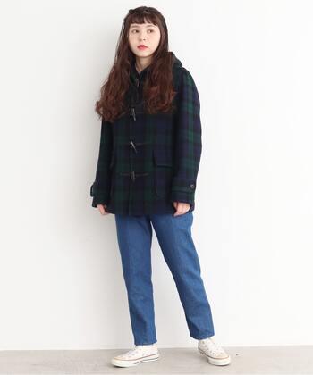 コートスタイルは重たくなりがちですが、ショートダッフルならアクティブな印象に見せることができます。 ジャストな丈感のデニムは、裾がもたつかずにスッキリと見えるので1本あると便利です。スニーカーから靴下がのぞかないくらいの丈感で履きこなしてみて。