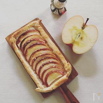 冷凍パイシートの上に薄くスライスしたりんごとバター、そしてきび砂糖をふりかけてオーブンで20分焼き出来上がり。下ごしらえなし。とても簡単なので、ちょっと小腹が空いたときにいかがですか?