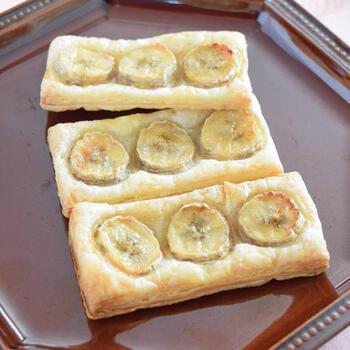 カットしたバナナを準備して、味付けはシナモンシュガー、グラニュー糖、レモン汁だけ。オーブンで15分ほど焼いて完成です。とっても簡単で、甘くて美味しい♪おすすめのレシピです!