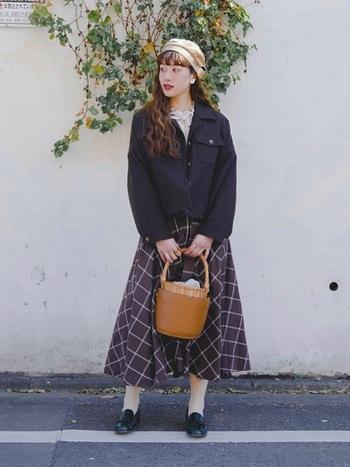 明るい色味のベレー帽は、コーデ全体を明るく華やかに見せてくれます。可愛らしいスカートコーデに優しいベージュのベレー帽が良く合いますね。靴下やタイツと色味を合わせれば、カラーアイテムでもコーディネートがまとまりやすいです。