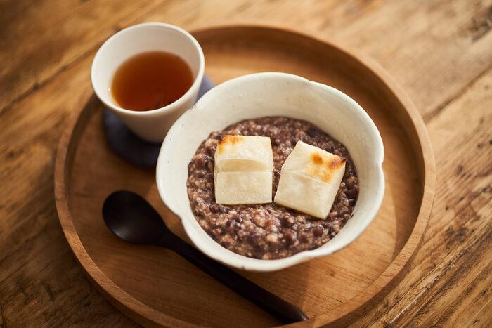つぶあんのおしるこで紹介した発酵あんこと米麹の甘酒で作る自然な甘さがおいしいおしるこです。たっぷりとあんこを作っておけば、手軽に作れて便利。手作りならではのやさしい味わいに身も心もほっこり。
