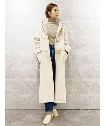 ロング丈のコートは、デニムパンツでカジュアルに着こなすのがおすすめ。アイボリーのダッフルコートは冬のコーデに上品かつ華やかな印象を与えてくれますよ。トップスは淡いベージュ、足元にはミルキーカラーのホワイトブーツを合わせるとやさしい雰囲気になります。全体がぼんやりしないよう、デニムは濃色を選ぶと◎