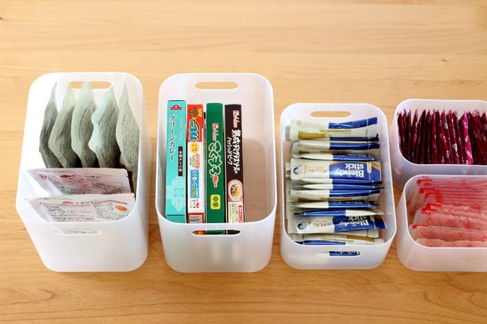 収納ケースを使うことで種類毎に分けられるというメリットがあります。このケースにはレトルト、このケースにはスープ、このケースにはパスタソースなどざっくりでもいいので種類毎に分けてケースに入れてしまいましょう。