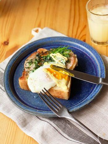 こちらは栄養がたっぷりと詰まった豆苗をプラスしたレシピ。豆苗の香りとシャキッとした食感にとろりとした卵が絶妙にマッチしてくれます。