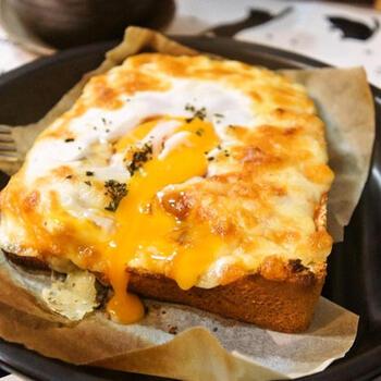 トマトジュースとニンニク、ブラックペッパー、そしてオレガノで作ったソースをパンに塗れば、スパイスの香りいっぱいの大人のエッグトーストに。バジルとオリーブオイルをトッピングすれば完成です!