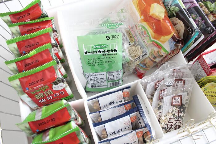 IKEA(イケア)で大人気スクッブシリーズ。クローゼットや押入れで使うイメージが強いスクッブですが、キッチンで使うアイデアもあります。仕切りがたくさんついたスクッブは、食品を種類毎に分けるのにぴったりです。
