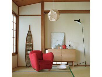 存在感のある赤の1人掛けソファに、IDEE(イデー)のスタイリッシュなイコサランプを取り入れたモダンな和室。素敵な北欧家具に囲まれて、落ち着いたティータイムや読書タイムを楽しみましょう。
