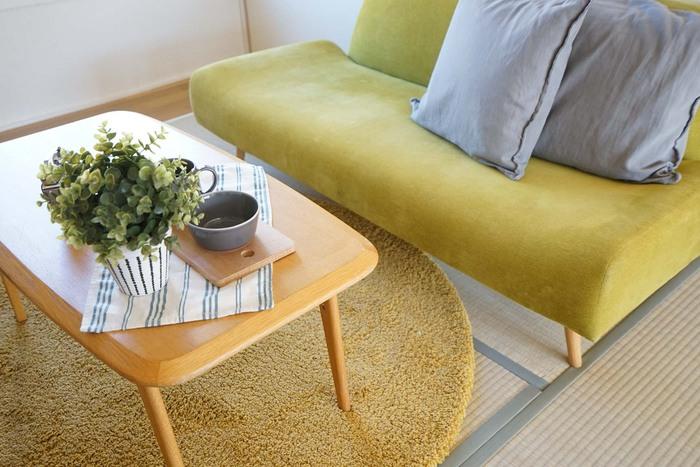 畳の色と馴染みやすい、ライトグリーンの北欧風ソファやカーペットが調和したお部屋。テーパードの脚がキュートなローテーブルは、大きすぎない程よいサイズのものが相性◎グレーのクッションやテーブルウェアで色味をおさえると、お洒落感がぐっとアップします。