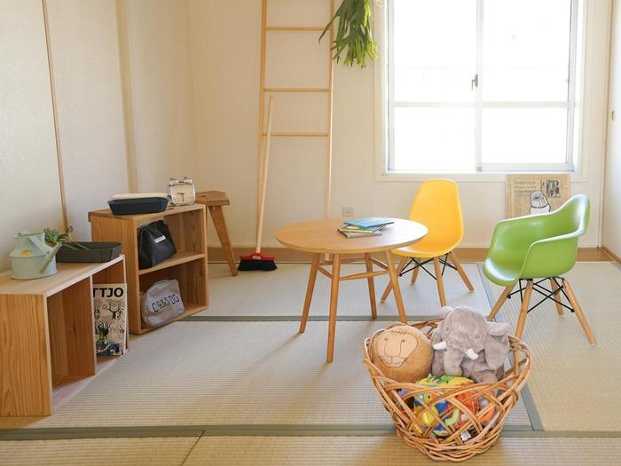 子どもは家の中でも走り回ってよく転んだりするものですが、和室なら安心!北欧風のテーブルやカラフルな椅子を置いても、しっくり馴染みます。本棚や梯子、オモチャ入れなども全て同系色のナチュラルカラーで統一するのがポイントです。