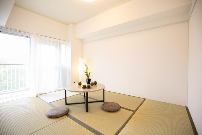 円と直線のリズムが溶け合った空間。ナチュラルカラーのスタイリッシュなデザインの丸テーブルに、座布団と和の照明、テーブルのグリーンが美しい、ミニマムな和モダンインテリアです。和室は、最小限の家具だけで絵になるので、すっきり広々と空間を使えますし、お掃除もとても楽になります。