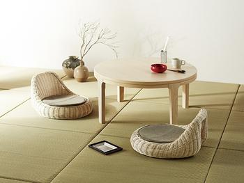 お部屋がパッと明るくなる、ホワイトウォッシュカラーのラタン座椅子に丸テーブル、壺、枝ものなどを取り入れたお部屋。縁のない琉球畳を使っているので、よりモダンでオシャレな和空間が演出できます。