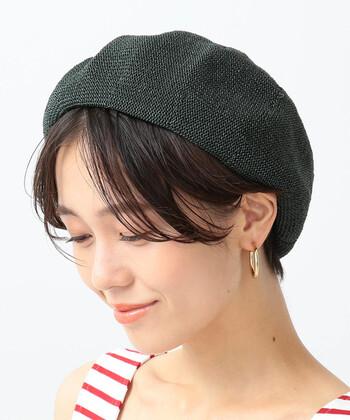 ショートさんは、かぶり方によってはベレー帽が浮いて見えてしまうことも。前は浅く、後ろは深くを意識してかぶるとバランスが取りやすいですよ。襟足は出してあげると女性らしさも◎。ショート✕ベレー帽の組み合わせは、ピアスやマフラーなどの小物とも相性が良いのでぜひ。