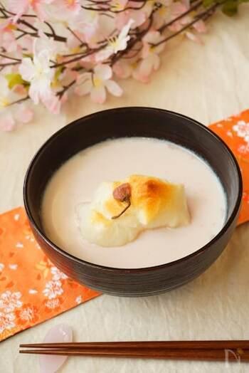 桜パウダー、こしあん、牛乳で作るほんのり桜色が美しいおしるこ。仕上げに桜の塩漬けを載せれば、より香りも味も見た目も華やかに。おうちで季節感を演出したいときに最適な春らしいおしるこです。