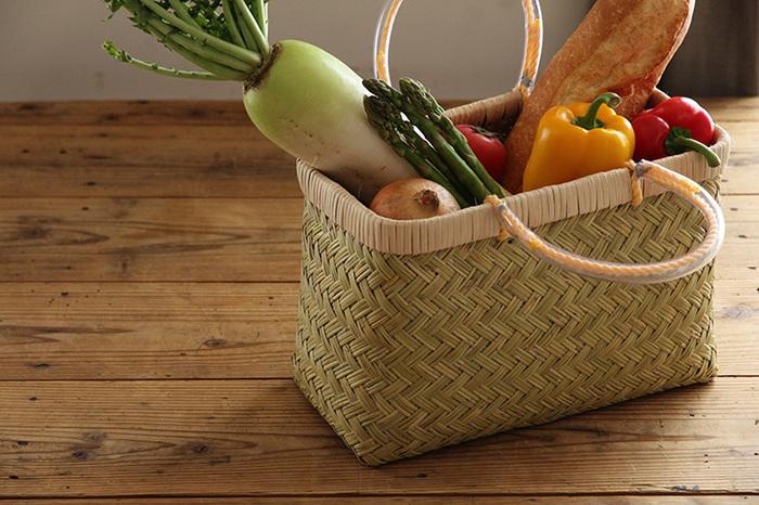 安定感があって丈夫な市場かごは、食品をたっぷり入れられる頼もしさが魅力。スーパーの袋よりおしゃれに見えるのも嬉しいポイントです。常温保存の野菜は、そのままかごに入れっぱなしでもOK。バッグから収納アイテムに早変わりです♪