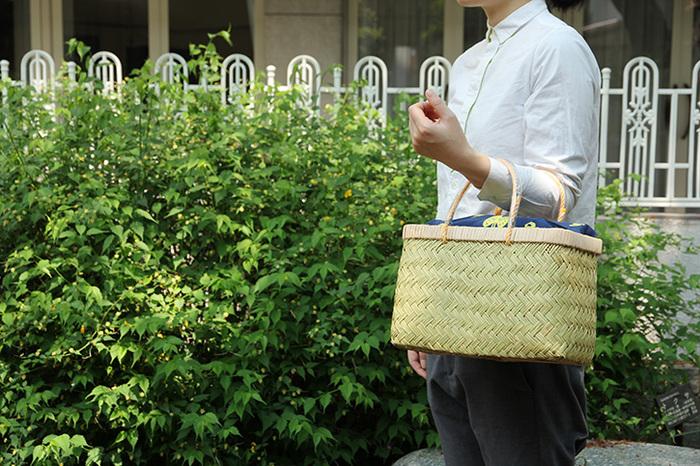 普段使いのバッグとして市場かごを取り入れて、コーディネートに爽やかさをプラス!収納力があるため、荷物が多い日でも安心です。色やデザインは様々なので、服装に合わせて選ぶのもおすすめ。